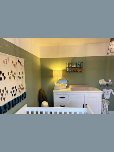 Project Oss sfeervolle en warme babykamer in groen wit / Dennis Janssen schilderwerken regio Oss/Den Bosch